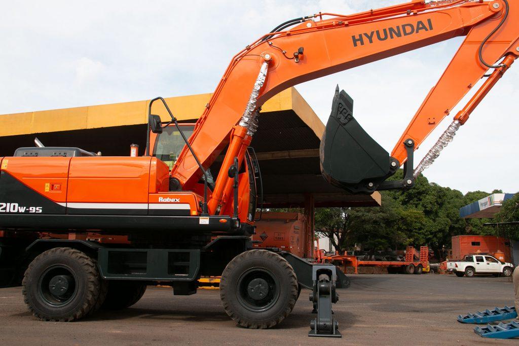 Automotor entregó moderna excavadora Hyundai al MOPC
