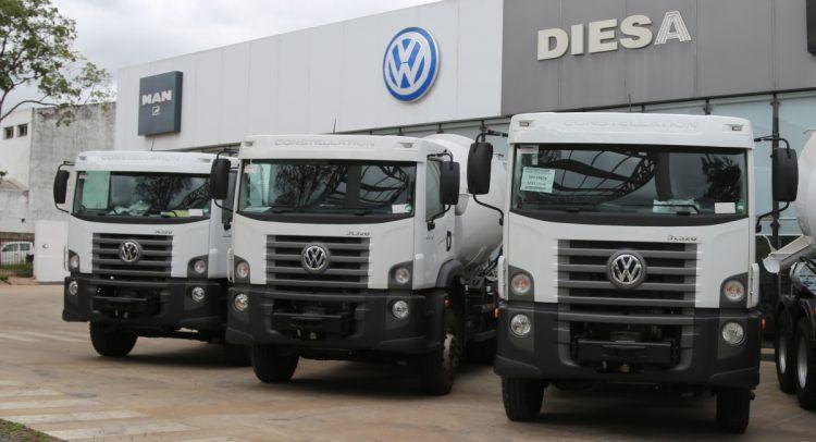 VWCO entrega nueve camiones para construcción en Paraguay