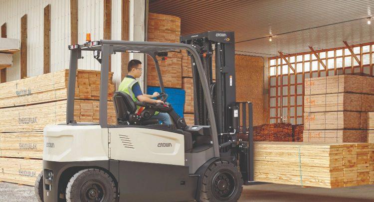 Montacargas eléctrico Crown brinda potencia para realizar trabajos en el interior y exterior